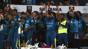 Sri Lankan cricketers celebrate after winning the first T20 international match between India and Sri Lanka at the MCA International Cricket Stadium in Pune on February 9, 2016. / AFP / INDRANIL MUKHERJEE